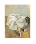 Danseuse nouant son brodequin